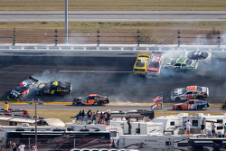 Acidente na volta 115: Austin Dillon, Michael Annett, Kasey Kahne, Danny Efland, Johanna Long, Hal Martin, Mike Bliss, Jamie Dick e Jason White crash