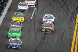 Bobby Labonte, JTG Daugherty Racing Toyota leads a group of cars
