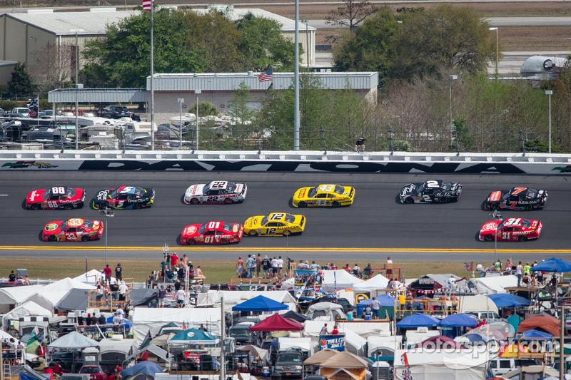 Dale Earnhardt Jr. en Tony Stewart voor een groepje auto's
