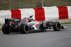 Nico Hulkenberg, Sauber C32 returns to the track after running wide