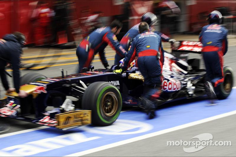 Daniel Ricciardo, Scuderia Toro Rosso STR8 in de pits