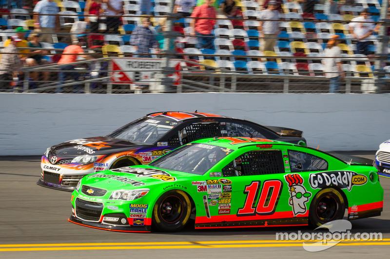 Danica Patrick, Stewart-Haas Racing Chevrolet en Denny Hamlin, Joe Gibbs Racing Toyota