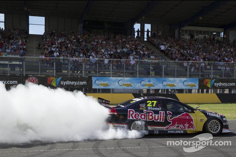 Casey Stoner draait donuts in de V8 Supercar
