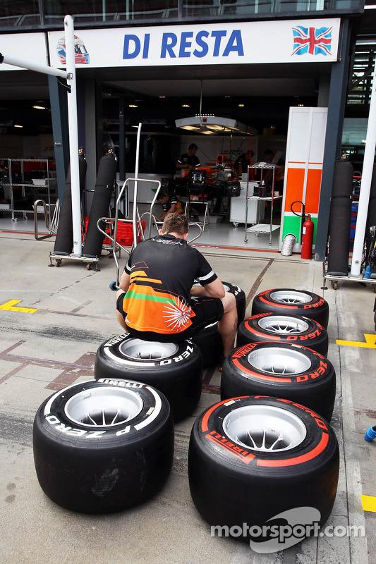 Sahara Force India F1 Team mecânico marca pneus Pirelli na garagem