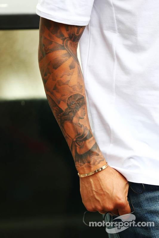 Braço tatuado de Lewis Hamilton, Mercedes AMG F1
