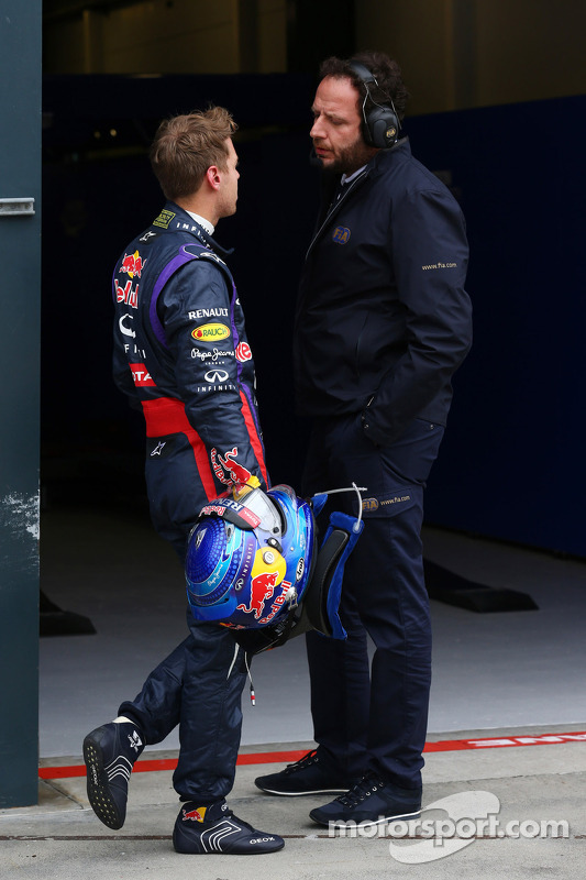 Pole sitter Sebastian Vettel, Red Bull Racing com Matteo Bonciani, Delegado de Imprensa da FIA