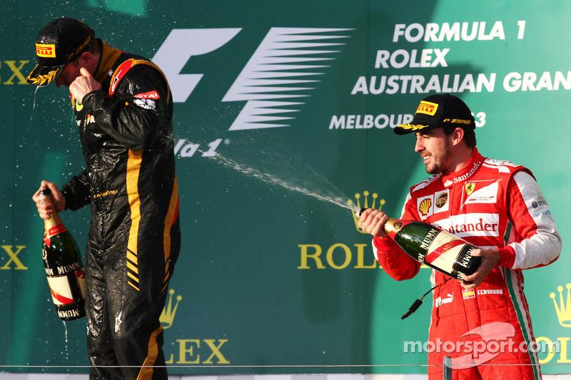 (L naar R): Racewinnaar Kimi Raikkonen, Lotus F1 Team viert feest met Fernando Alonso, Ferrari op he
