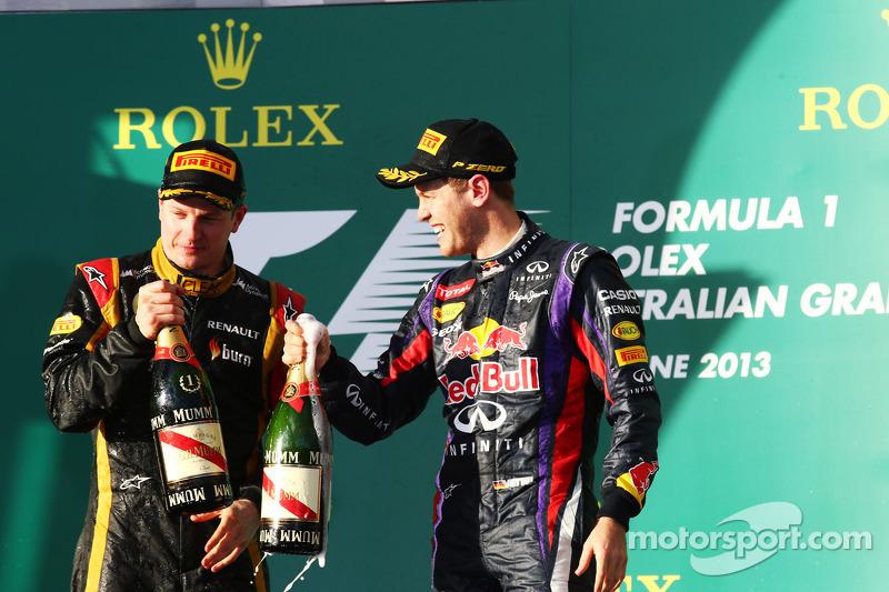 (L naar R): Racewinnaar Kimi Raikkonen, Lotus F1 Team viert feest op het podium met Sebastian Vettel, Red Bull Racing