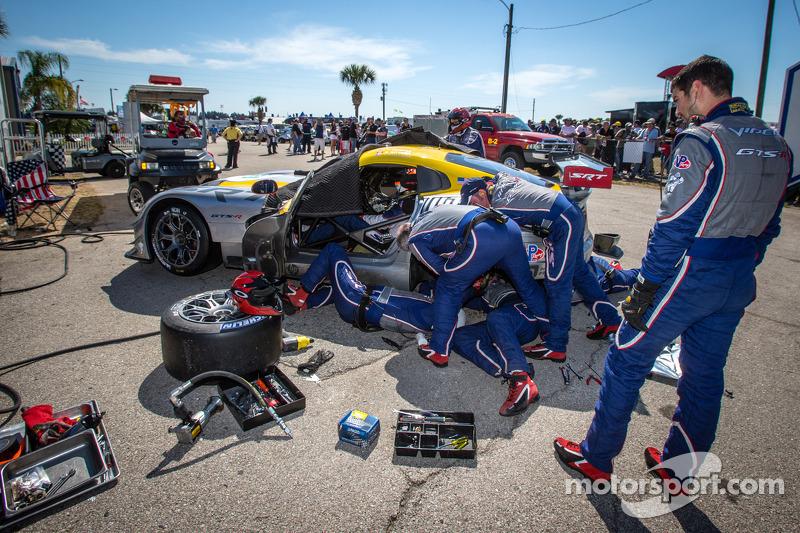 #93 SRT Motorsports SRT Viper GTS-R: Jonathan Bomarito, Tommy Kendall, Kuno Wittmer achter de muur m