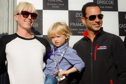 Dan Wheldon Memorial and Victory Circle unveiling ceremony: Susie Wheldon with Helio Castroneves