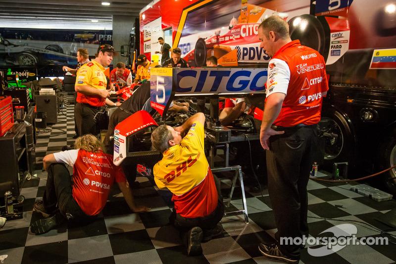 Andretti Autosport team werkt aan de beschadigde auto van EJ Viso