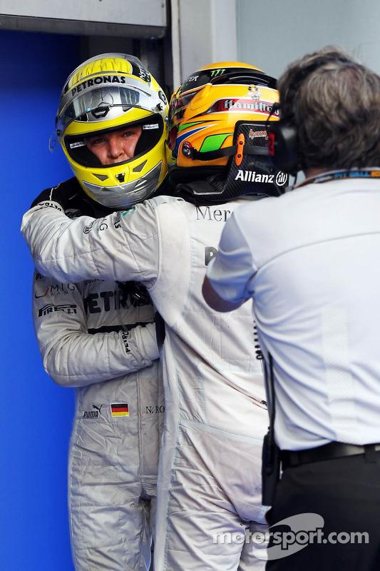 Quarto colocado Nico Rosberg, Mercedes AMG F1 com o companheiro de equipe, terceiro colocado Lewis H