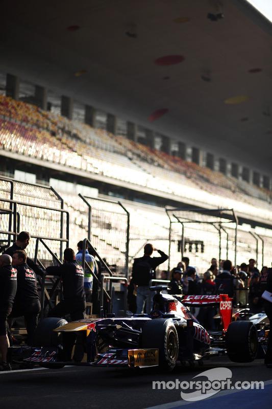 Scuderia Toro Rosso STR8 aguarda vistoria