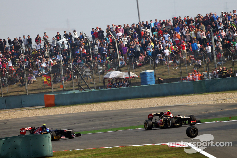 roda de Mark Webber, Red Bull Racing vai para cima de Romain Grosjean, Lotus F1 E21 e Daniel Ricciardo, Scuderia Toro Rosso STR8