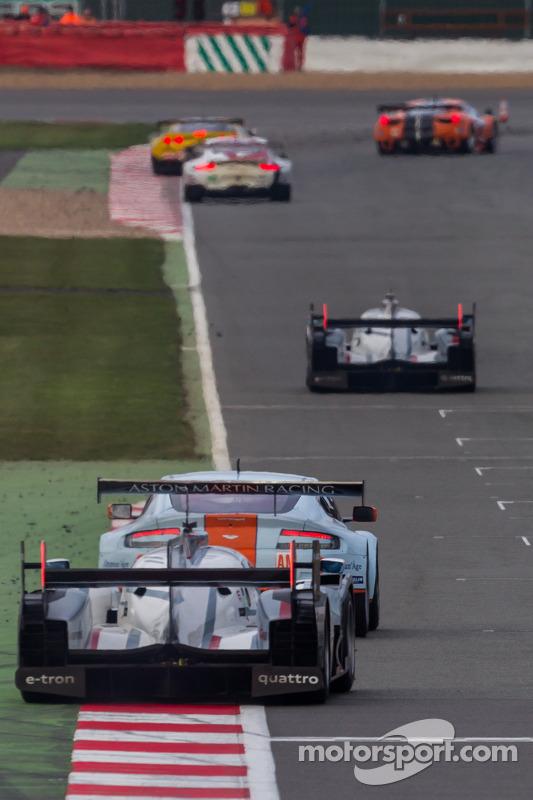#2 Audi pilotado por Allan McNish se aproxima do #1 Audi pilotado por Benoit Tréluyer nas últimas voltas das 6 Horas de Silverstone