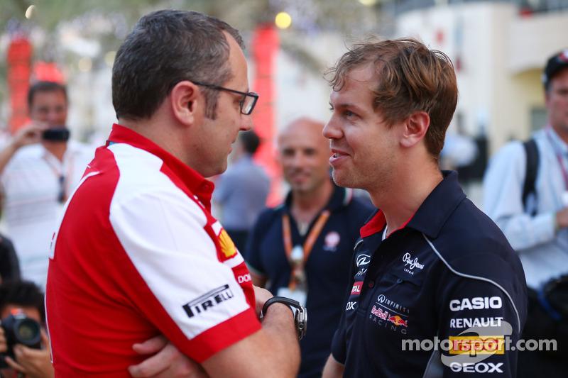 (L naar R): Stefano Domenicali, Algemeen Directeur Ferrari praat met Sebastian Vettel, Red Bull Racing