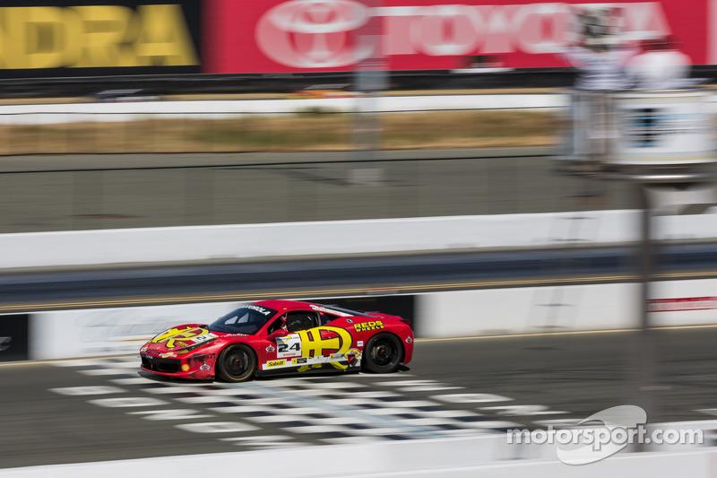 Carlos Kauffmann in de #24 passeert de finish