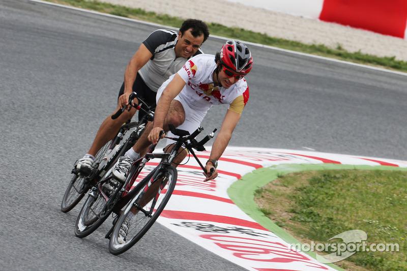 Carlos Sainz Jr. fietst over het circuit