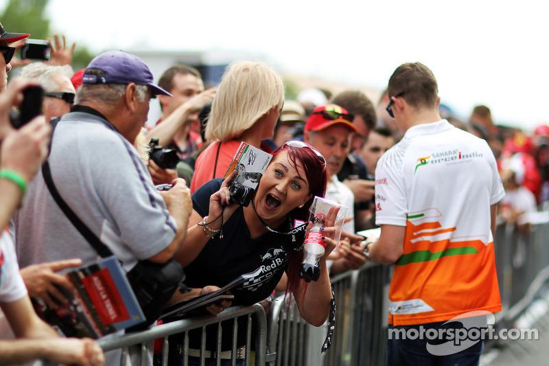 Een blije fan met een Paul di Resta, Sahara Force India F1 handtekening