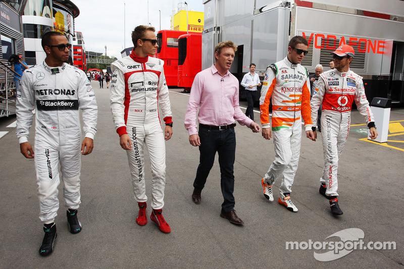 (L naar R): Lewis Hamilton, Mercedes AMG F1 met Max Chilton, Simon Lazenby, Sky Sports F1-presentato