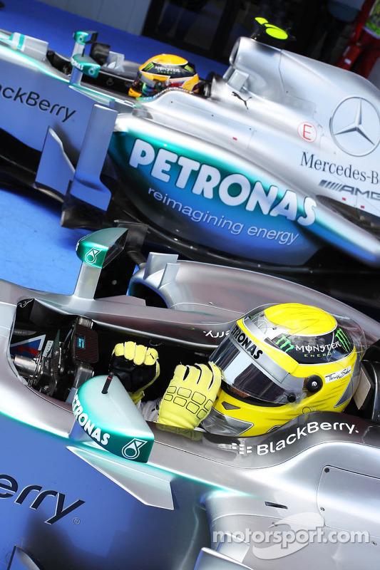 Pole sitter Nico Rosberg, Mercedes AMG F1 W04 no parque fechado com Lewis Hamilton, Mercedes AMG F1 W04