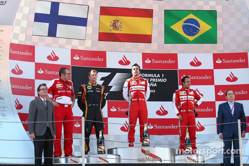 1e plaats Fernando Alonso, Ferrari F138, 2e plaats voor Kimi Raikkonen, Lotus F1 E21, 3e plaats voor Felipe Massa, Ferrari F138 en Stefano Domenicali, Algemeen Directeur Ferrari