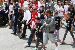 (Da esquerda para direita): Bernie Ecclestone, CEO do Grupo F1, com Fernando Alonso, Ferrari, Lewis Hamilton, Mercedes AMG F1, e o pessoal da F1, em campanha pela segurança na estrada