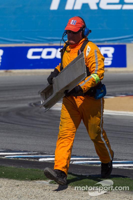 Safety crew removing detritos da pista