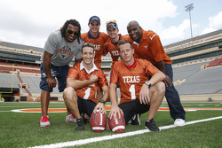 James Courtney, Mark Winterbottom e Dean Fiore no treino com os jogadores Texas Longhorn, Ricky Williams e Cedric Benson