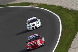 James Thompson, Lada Granta, LADA Sport Lukoil leads Pepe Oriola, SEAT Leon WTCC, Tuenti Racing