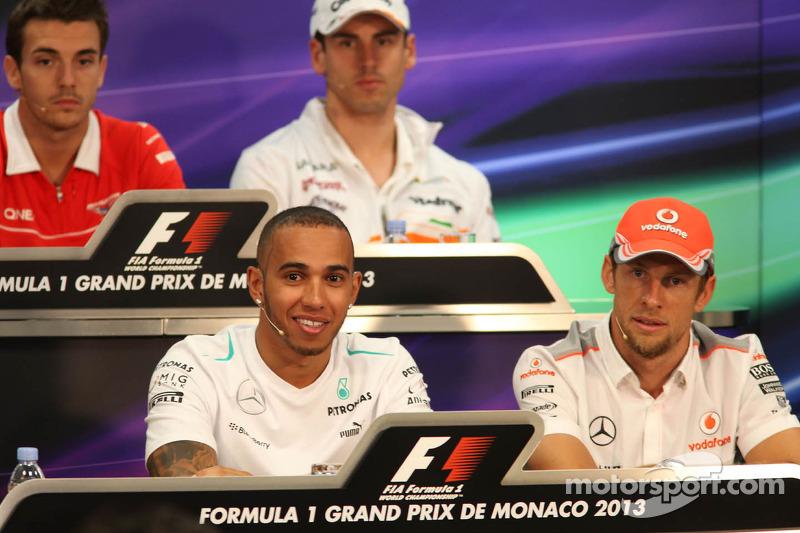 (L naar R): Lewis Hamilton, Mercedes AMG F1 met Jenson Button, McLaren bij de FIA-persconferentie