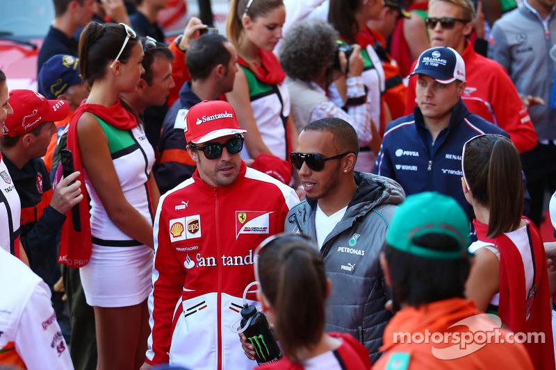 (L naar R): Fernando Alonso, Ferrari en Lewis Hamilton, Mercedes AMG F1 bij de rijdersparade