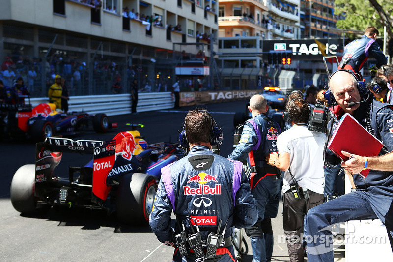 Adrian Newey, Red Bull Racing Chief Technical Officer op de grid nadat de race is stilgelegd