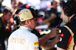 Kimi Raikkonen, Lotus F1 Team with Ciaron Pilbeam, Lotus F1 Team Chief Race Engineer on the grid as the race is stopped