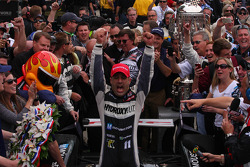 Victory lane: Tony Kanaan, KV Racing Technology Chevrolet celebra