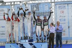 Vencedores Jari-Matti Latvala e Miikka Anttila, Volkswagen Polo WRC, Volkswagen Motorsport, Segundos colocados, Daniel Sordo e Carlos del Barrio, Citroen DS3 WRC, Citroën Total Abu Dhabi World Rally Team, terceiros colocados Thierry Neuville e Nicolas Gil
