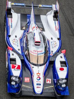 El #7 Toyota Racing Toyota TS030 Hybrid en la sesión de fotos grupal