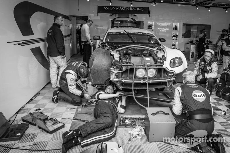 Aston Martin Racing teamleden aan het werk