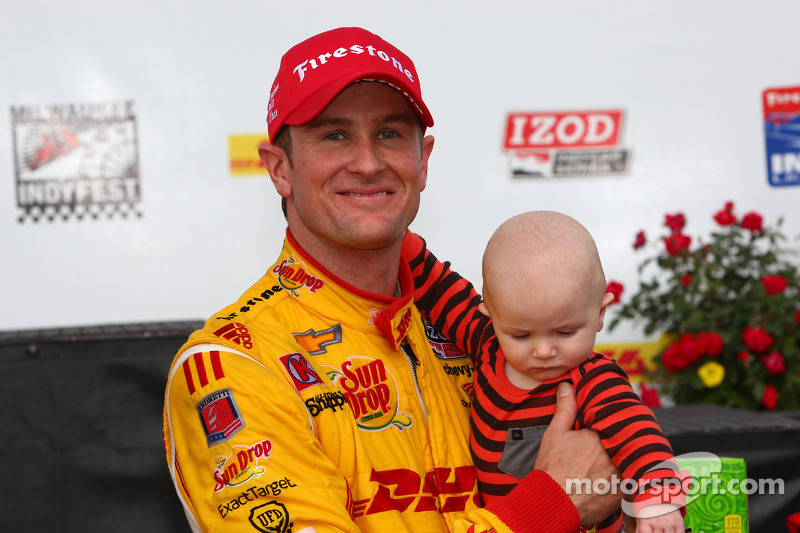 Race winner Ryan Hunter-Reay, Andretti Autosport Chevrolet celebrates