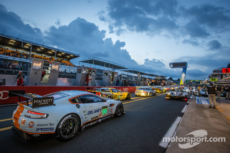 Rush hour on pitlane at the start of the session: #96 Aston Martin Racing Aston Martin Vantage GTE: Roald Goethe, Stuart Hall, Jamie Campbell-Walter