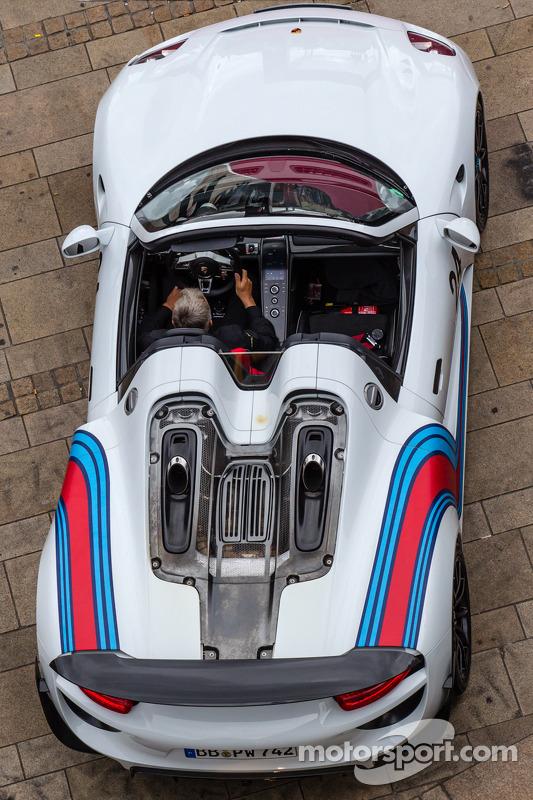 Porsche 918 to open the desfile