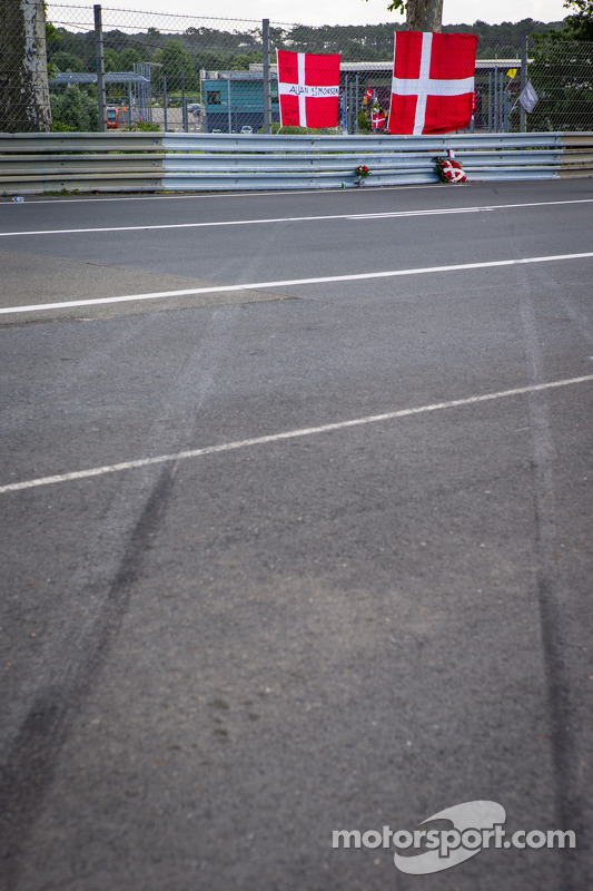 Fan memorial para Allan Simonsen em Tertre Rouge, com as marcas de pneus