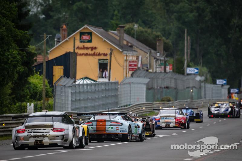 Een groep auto's volgen de Safety Car tijdens de neutralisatie: #88 Proton Competition Porsche 911 G