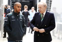 Lewis Hamilton, Mercedes AMG F1 con Sir David Frost (GBR).