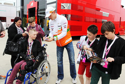 Paul di Resta, Sahara Force India F1 signs autographs for the fans.