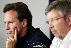Christian Horner, Teambaas Red Bull Racing en Ross Brawn, Teambaas Mercedes AMG F1 bij de FIA-persconferentie
