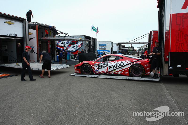 #69 AIM Autosport Team FXDD met Ferrari Ferrari 458: Emil Assentato, Anthony Lazzaro, Leh Keen