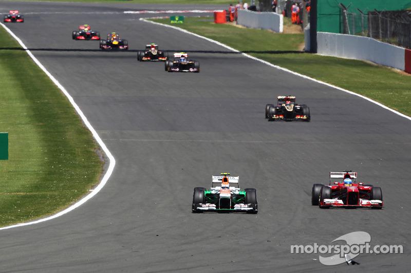 Adrian Sutil Sahara Force India VJM06 en Felipe Massa Ferrari F138 naderen de brokstukken op het circuit