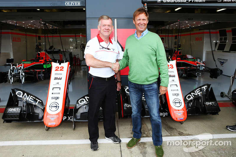 Andy Webb Marussia F1 Team CEO met Nigel Howe Reading FC Chief Executive, kondigen een samenwerking