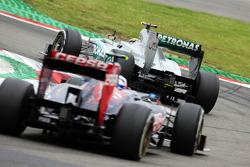 Lewis Hamilton, Mercedes AMG F1 W04 y Daniel Ricciardo, Scuderia Toro Rosso STR8